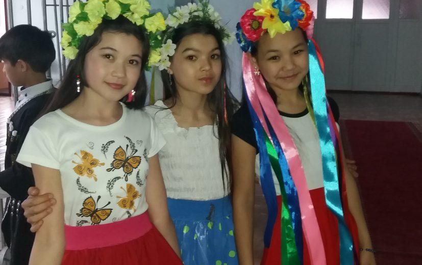 школьницы представляющие государство