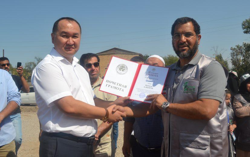 награждение почетной грамотой мэрии города Кара-Балта Данияром Шабдановым спонсора из Кувейта