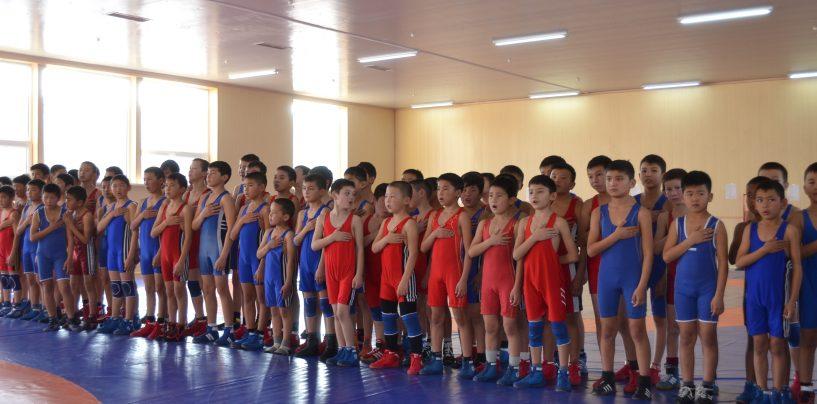 В новом борцовском зале прошли первые соревнования.
