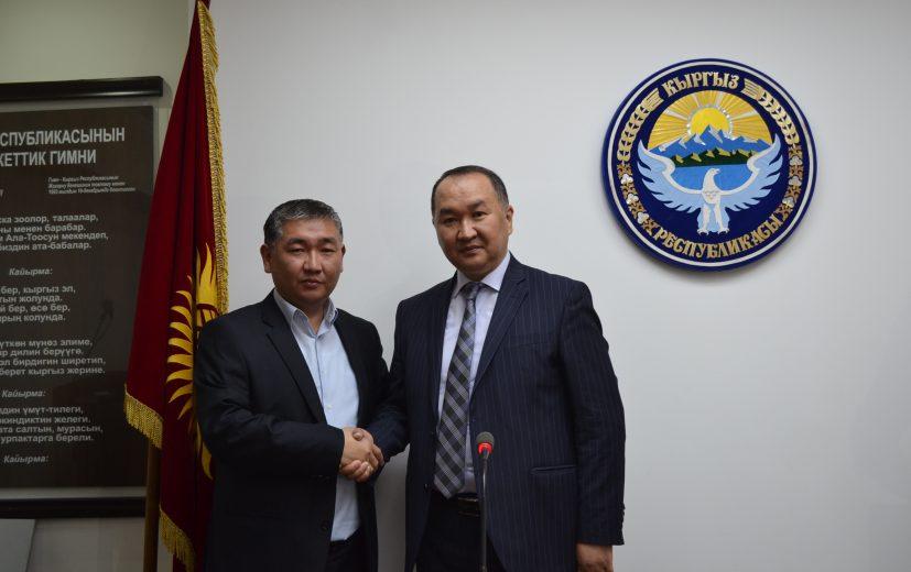 Алмаз Аалыев председатель Карабалтинского городского Кенеша поздравляет мэра г.Кара-Балта Данияра Шабданова