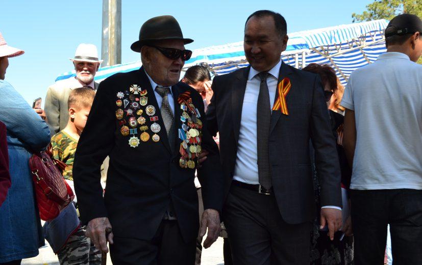 мэр города Данияр Шабданов с Ветеранов ВОВ Нестеровым П.П.