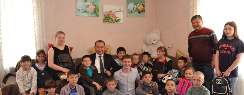 (Русский) Акция заботы. Мэр города Данияр Шабданов посетил детский приют Красного Полумесяца г.Кара-Балта и подарил детям подарки.