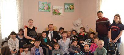 Акция заботы. Мэр города Данияр Шабданов посетил детский приют Красного Полумесяца г.Кара-Балта и подарил детям подарки.