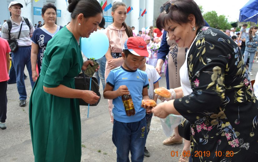 От мэра города Кара-Балта Данияра Шабданова раздали детям напитки, мороженное и булочки