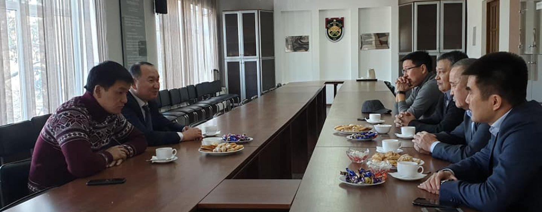 Мэр города Данияр Шабданов встретился с генеральным секретарем ФФКР Медером Сыдыковым.